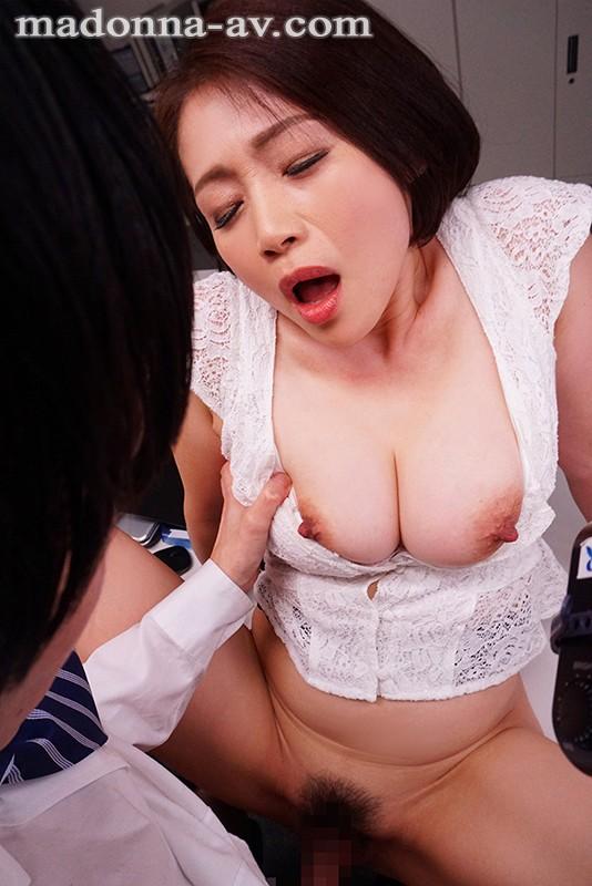これは部下に厳しいムチムチ女上司にセクハラしたら怒られるどころかセックスまで出来た話です。 友田真希2