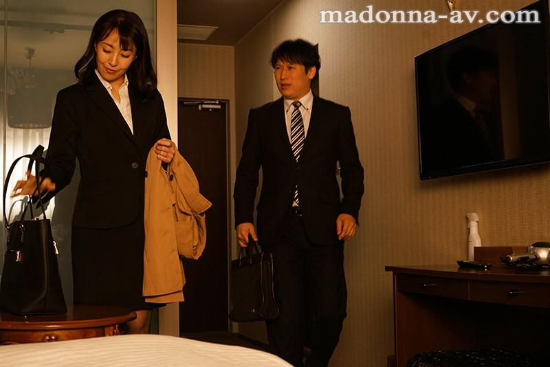 【エロ動画】憧れていた女上司(人妻)とビジネスホテルで中出しセックス 【谷原希美】