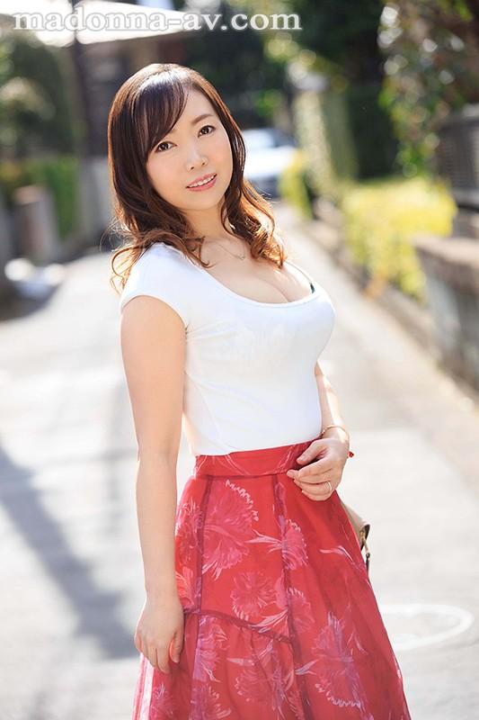 恥ずかしいけど、濃厚なKISSがしたい―。 某化粧品メーカー口紅開発部で働く人妻 喜久田みつは 42歳 AV Debut! キャプチャー画像 1枚目