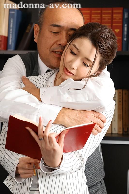 人妻秘書、汗と接吻に満ちた社長室中出し性交 最高級の美魔女が贈る極上の接吻《中出し》傑作ドラマ!! 愛弓りょう 画像1