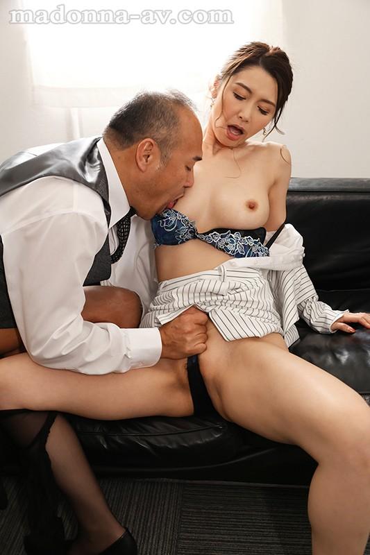 人妻秘書、汗と接吻に満ちた社長室中出し性交 最高級の美魔女が贈る極上の接吻《中出し》傑作ドラマ!! 愛弓りょう 画像5