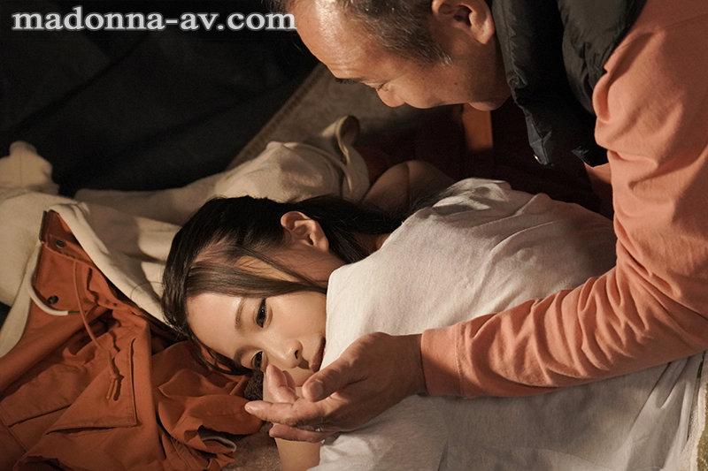 町内キャンプNTR テント内で何度も中出しされた妻の衝撃的寝取られ映像 三尾めぐ 画像1
