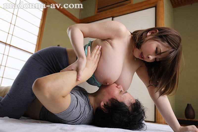 汗ほとばしる人妻の圧倒的な腰振りで、僕は一度も腰を動かさずに中出ししてしまった。 叶愛