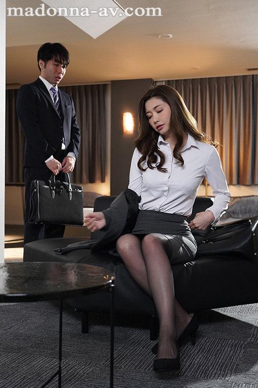 出張先のビジネスホテルでずっと憧れていた女上司とまさかまさかの相部屋宿泊 愛弓りょう 画像1