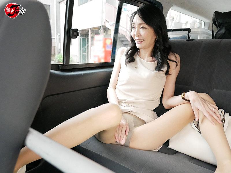 あれから4年…復活、立花涼子47歳 超スレンダー美人妻はじめての連続中出し3P