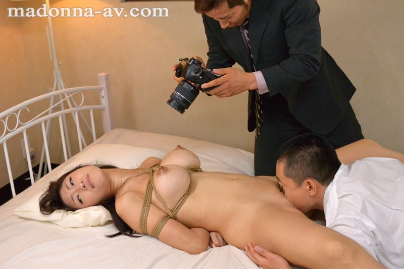 拘束した小早川怜子のクンニしている様子を撮影