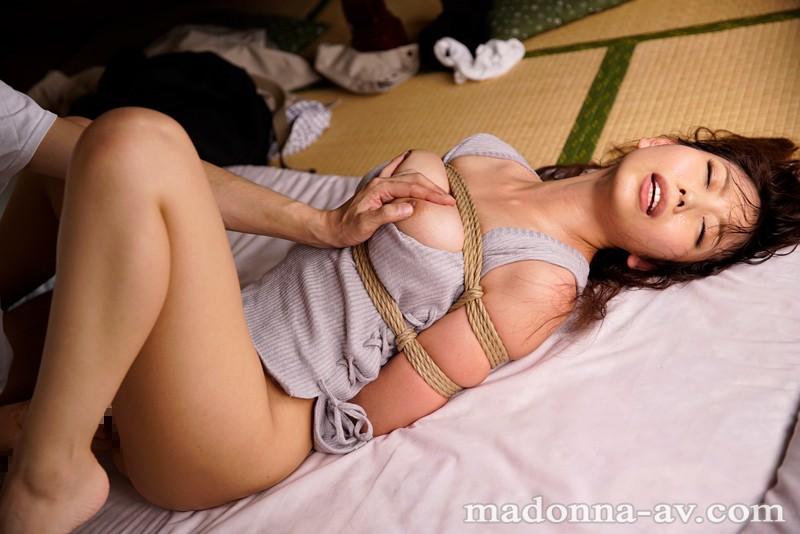 緊縛アナル輪● 性欲旺盛な若者たちに堕ちた親方の奥さん 神ユキ 画像1