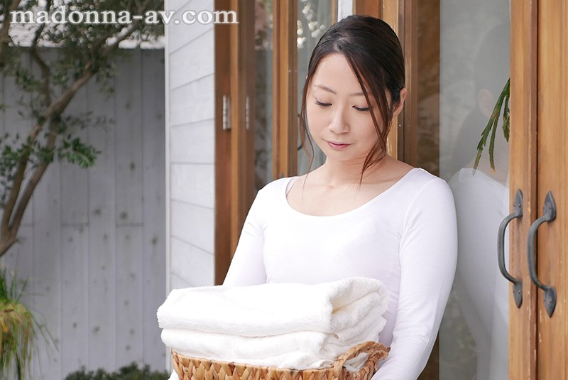 初撮り本物人妻 AV出演ドキュメント 結婚9年目、理想の専業主婦 秋山美咲 33歳AVデビュー!!〜きれい好き主婦の他人棒に汚されたい願望叶えます…〜 1枚目