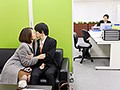 夫の童貞部下に発情して欲望のままに筆下ろしをする上司の奥さん 友田真希のサムネイル
