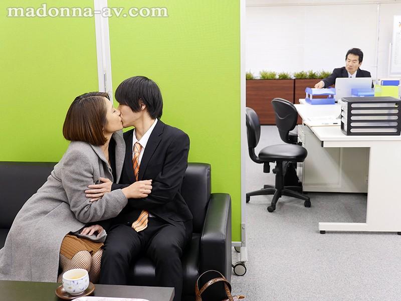 夫の童貞部下に発情して欲望のままに筆下ろしをする上司の奥さん 友田真希 キャプチャー画像 5枚目