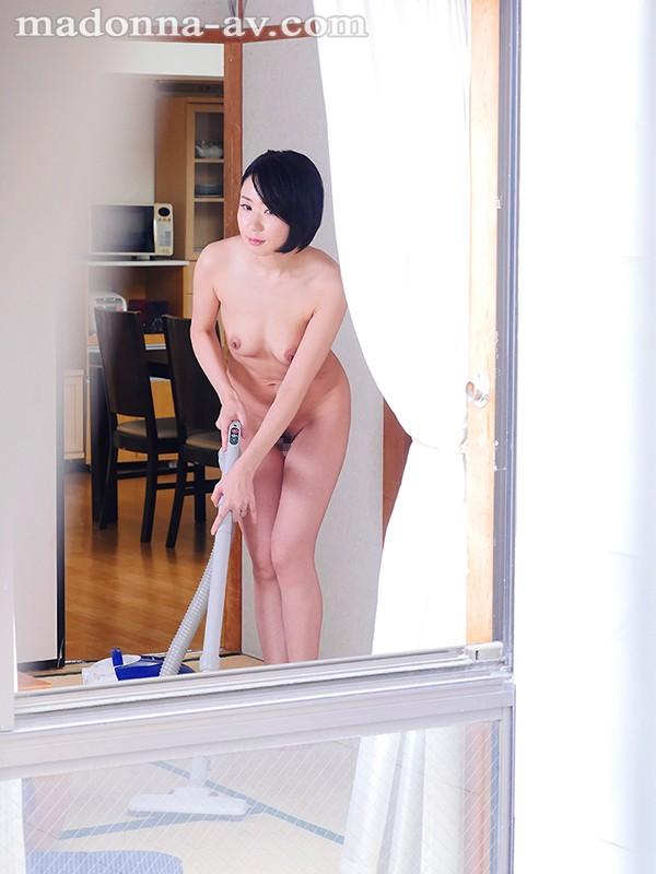 旦那のいない昼下がり…素肌を晒して僕を惑わす隣の奥さんの卑猥な全裸生活 松村みをり