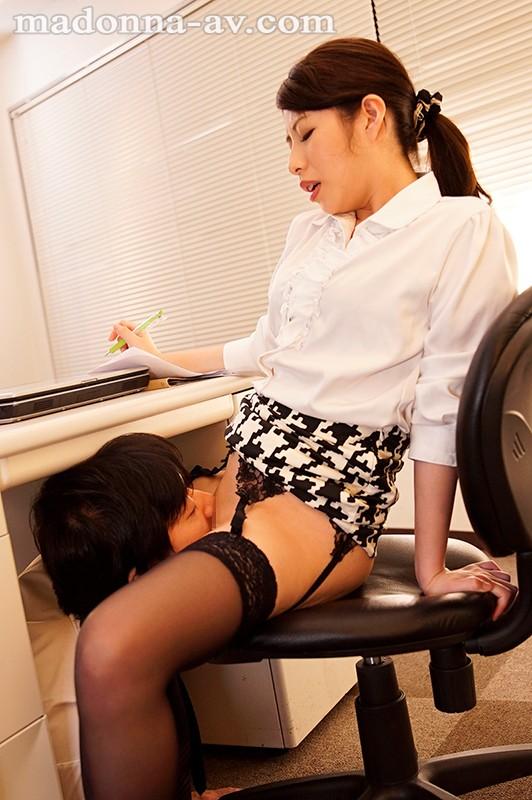 工藤まなみが机の下にM男を座らせパイパンオマ○コをクンニさせる