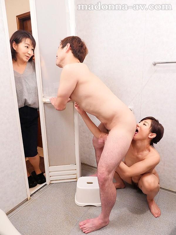 お風呂に一緒に入る遥あやねがM男のアナル舐め手コキ