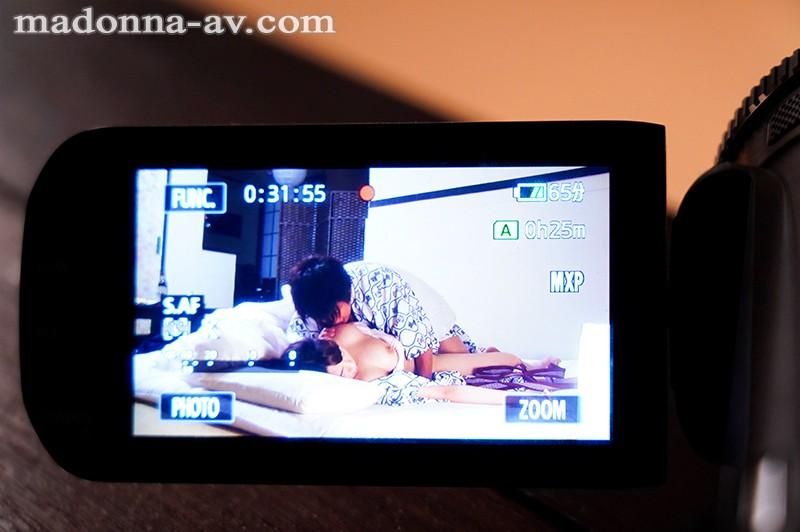 【※注意!!人間不信※】家族旅行NTR 親父の還暦祝いにうちの妻と弟夫婦で温泉旅館にやってきました。 記念の日を記録しようとビデオカメラで終始録画をしていたのですが…後日、その映像を編集しようと見てみると、部屋で親父を囲って談笑する私たちの前で、先に寝てしま… キャプチャー画像 9枚目