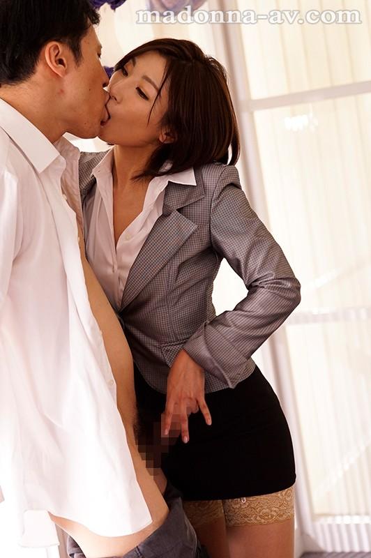 転職先の女上司に勤務中ずっと弄ばれ続けている新人の僕 遥あやね 画像2