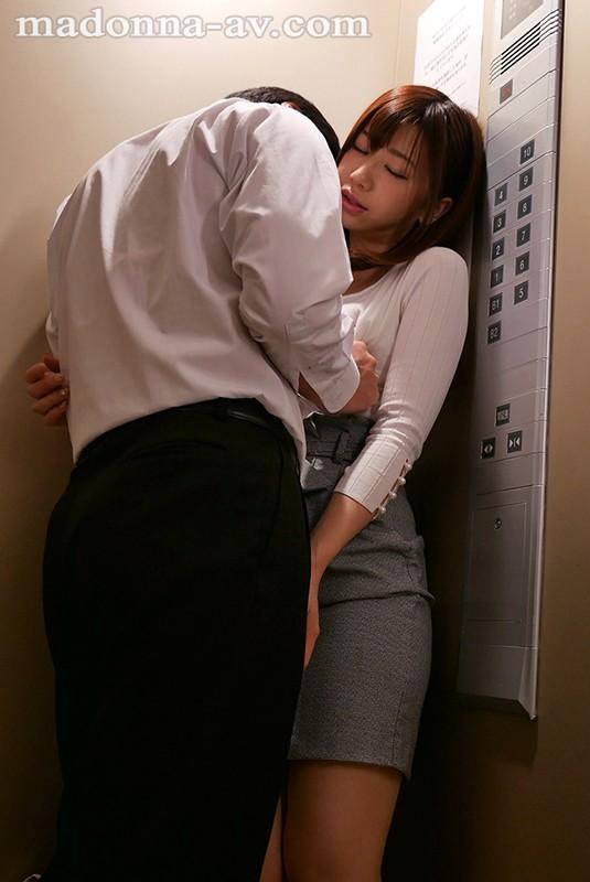 大浦真奈美 エレベーターで遭遇する人妻!