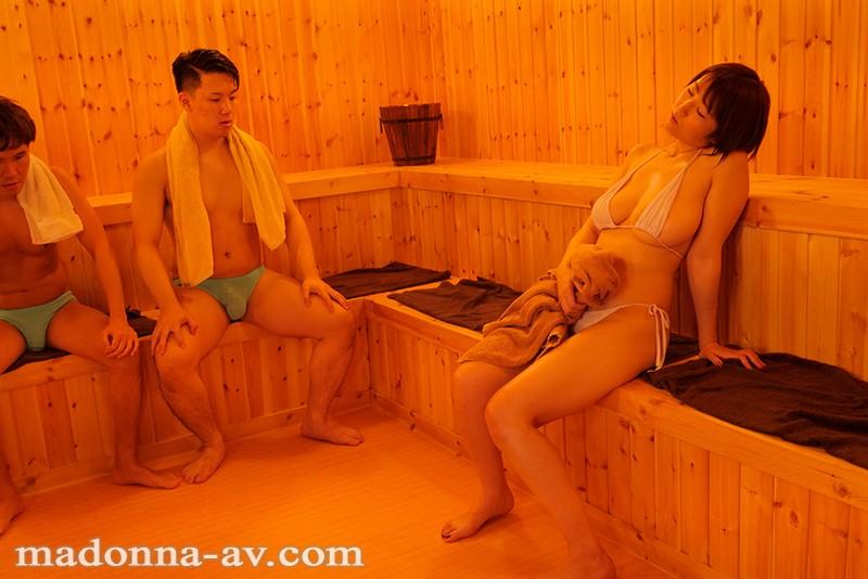 最近通い始めたヨガ教室の混浴サウナで偶然知り合った妻の友人と… 松本菜奈実 4枚目
