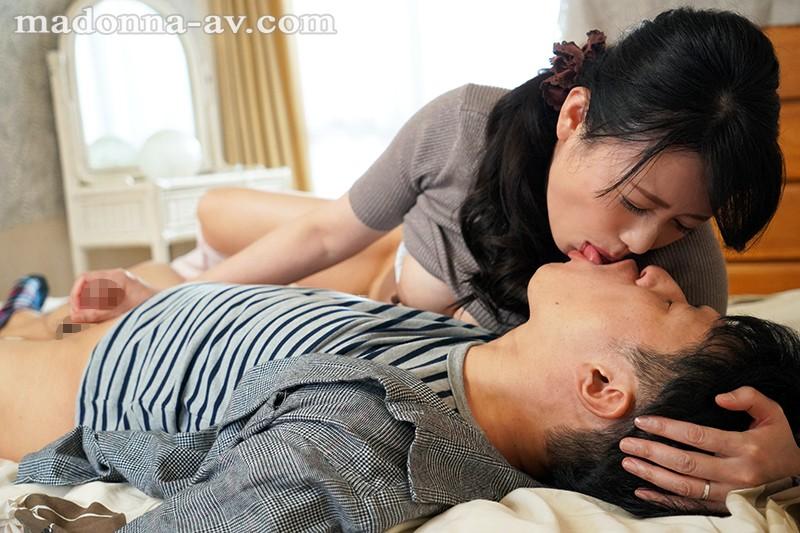 キスしながらの手コキする三浦恵理子