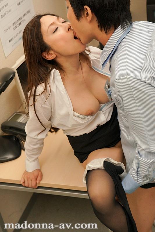 こんな私でも好きになってくれるなら…。 年の差性交に濡れる女上司 ―肉欲の逢瀬― 白木優子