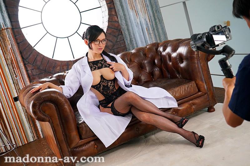 白衣の下はランジェリー。フェラチオ中毒のムッツリ女医 国仲涼香 37歳 AVデビュー!! キャプチャー画像 5枚目