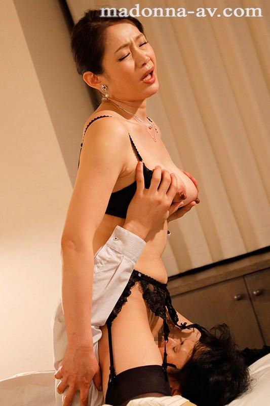 僕が隣の痴女奥さんに様々な方法で射精管理され続けた一週間 友田真希 7枚目