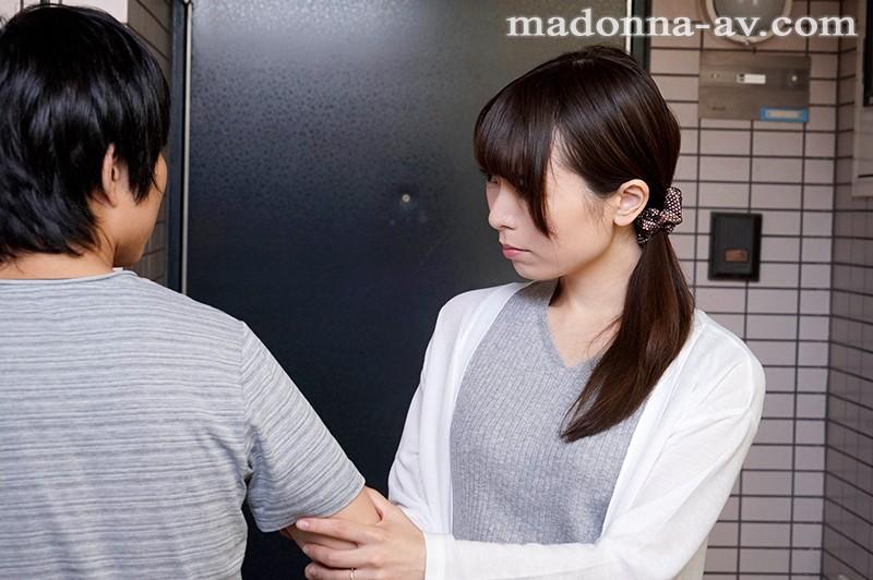 夫のいない昼下がり、僕を誘う隣家の人妻と中出し不倫性交。 桜井萌のサンプル画像