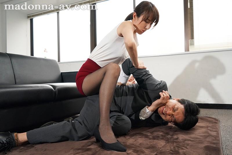 背面ホールド、拘束クンニ、足コキ尋問…、 羽交い絞め捜査官 狙った獲物は逃さない―。 澤村レイコ キャプチャー画像 4枚目