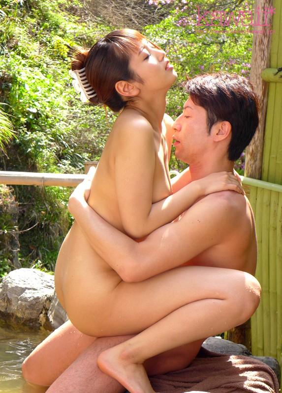 【3P・4P】 地元民が集う混浴温泉で声を押し殺し羞恥セックス指令 美咲かんな キャプチャー画像 2枚目