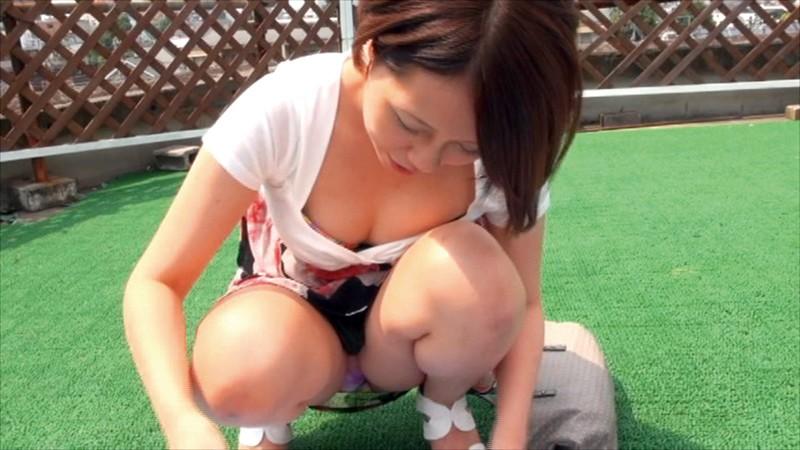 美人妻ばかりが多く集まるフリーマーケットでパンチラ・胸チラ 高画質盗撮動画8時間総集編200人収録のサンプル画像
