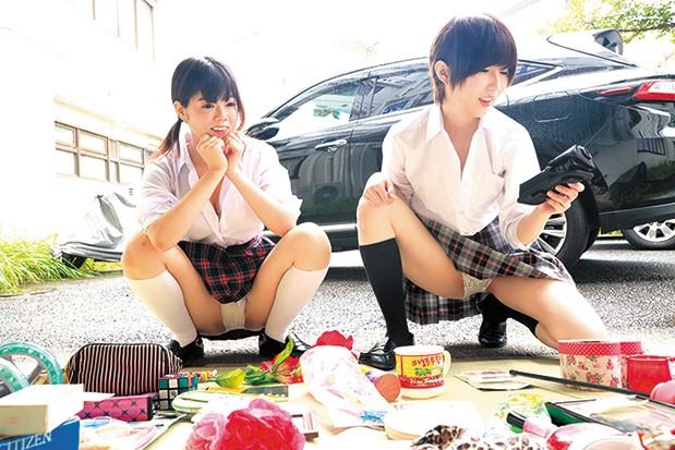 【素人盗撮動画】 フリーマーケット会場でパンチラ、胸チラしまくる制服美少女たち
