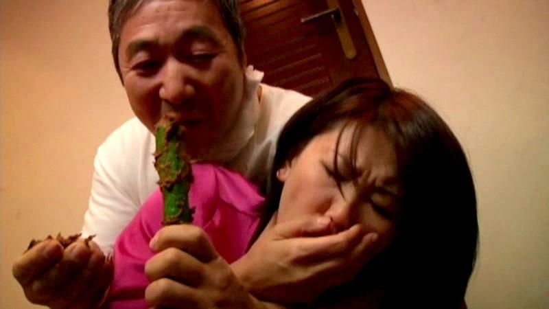 変態農家のオヤジに糞尿を喰われる人妻達 画像14