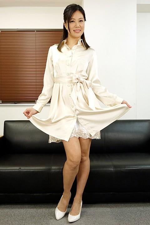 女上司仁美さんの艶やかスーツとツルてろサテンブラウス いいなり部下のチ○ポを仕事中にコッソリ味見する上司編 片瀬仁美 2枚目
