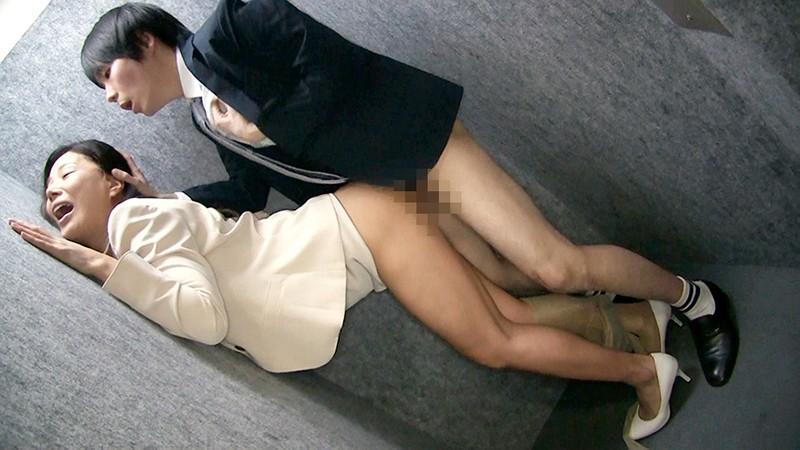 女上司仁美さんの艶やかスーツとツルてろサテンブラウス いいなり部下のチ○ポを仕事中にコッソリ味見する上司編 片瀬仁美 7枚目