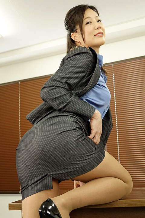 女上司仁美さんの艶やかスーツとツルてろサテンブラウス 酔い潰れた女上司にイタズラ編 片瀬仁美 1枚目