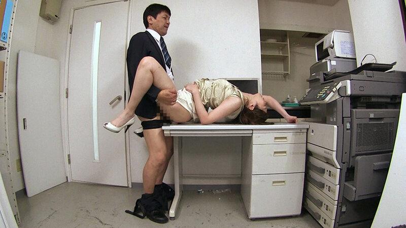 夫のオフィスでヤラレたいの…社員達との輪姦SEXに酔いしれる社長夫人~ぶっかけ!つるつるサテン美女ハードコア~(前編)夫のオフィスで不倫SEX 佐伯由美香