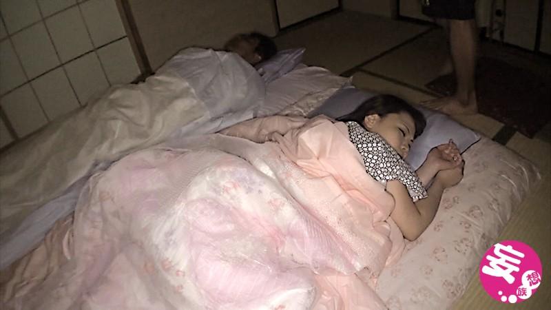 素人盗撮買取映像 夫婦で旅行中、滞在先の旅館で旦那が寝ているすぐ横で夜●いされ集団で犯●れる美人妻 寝取られ中出し動画 画像9