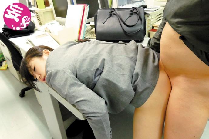 素人盗撮買取映像 就活中のリクルートスーツ女子に即効性の強力睡眠薬入りの飲み物を飲ませ、面接中に昏睡レ×プする鬼畜エロ人事担当者のわいせつ動画記録 キャプチャー画像 6枚目