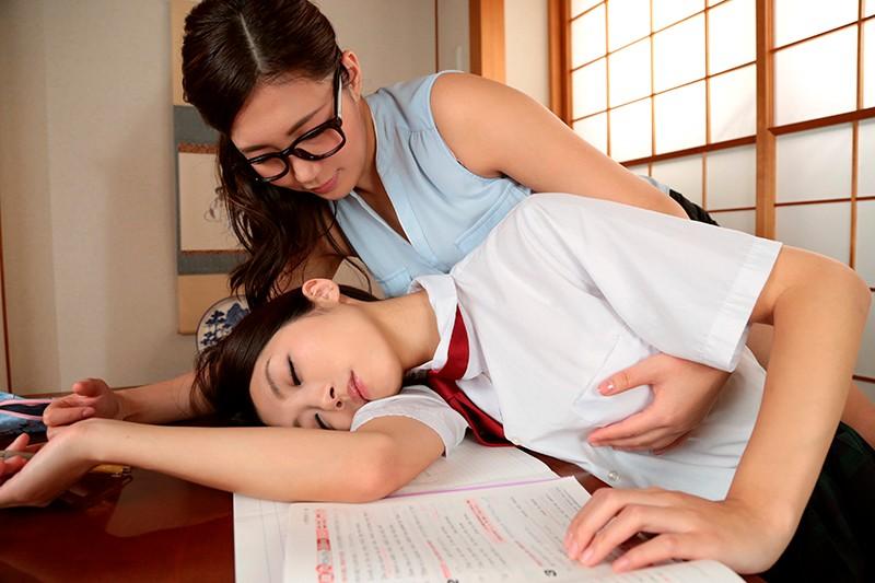勉強仕事に疲れてウトウトしているととっても身近で信頼していたアノ女(ひと)が突然Hな悪戯!嫌がるどころかストップされたくないほど気持ち良く3