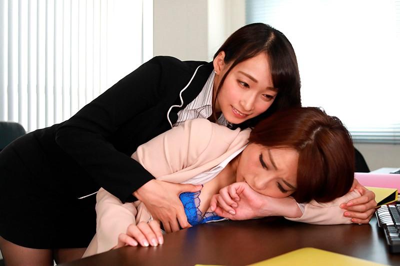 勉強仕事に疲れてウトウトしているととっても身近で信頼していたアノ女(ひと)が突然Hな悪戯!嫌がるどころかストップされたくないほど気持ち良く6