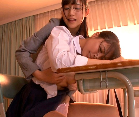 勉強仕事に疲れてウトウトしているととっても身近で信頼していたアノ女(ひと)が突然Hな悪戯!嫌がるどころかストップされたくないほど気持ち良く4