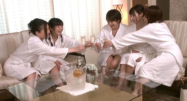 友達に熱心に誘われ初参加した、仲良し女子会。実は定期的に開催されていた乱交レズサークルだった、乾杯と同時に『なんだか怪しい雰囲気だなぁ〜』と 4枚目
