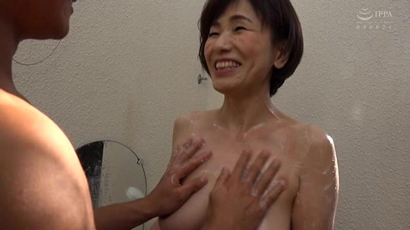 孫と行く禁断の温泉旅行 お婆ちゃんのプリプリお尻に勃起して 内原美智子 2枚目