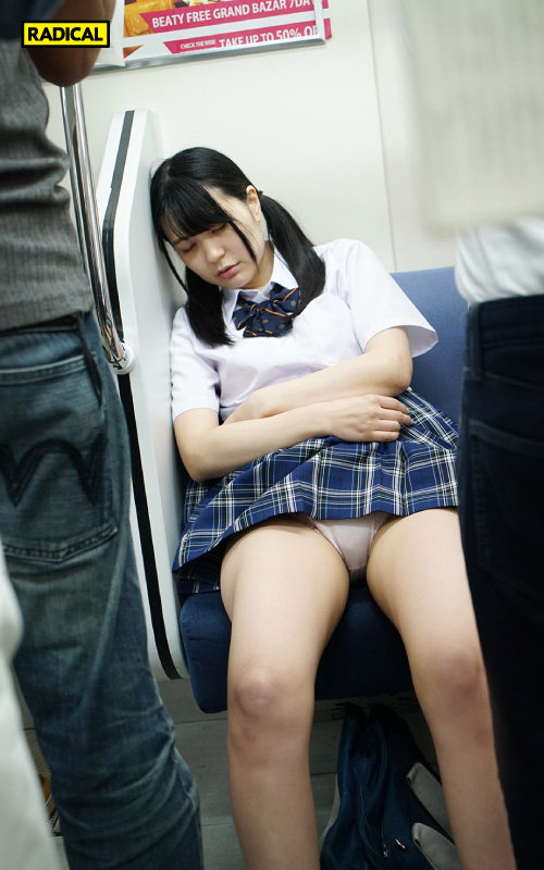 【VR】向かいの席から見せつけてくる女子○生の電車パンチラで挑発されて…2