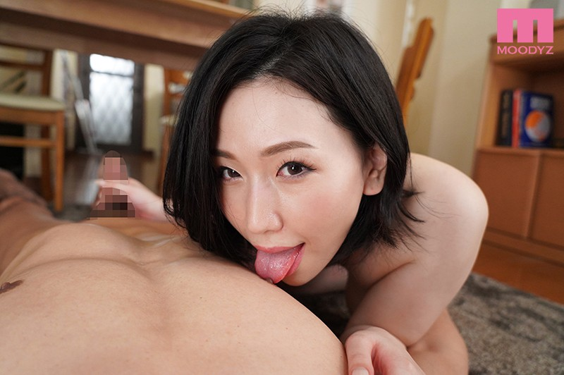 佐山愛が見つめる乳首舐め手コキ