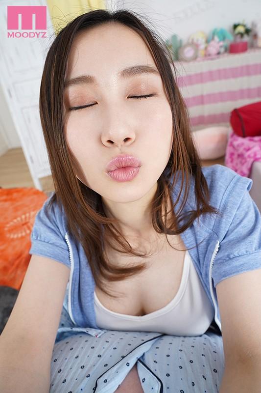 【VR】グラドル級のナイスボディ!なのに愛嬌バツグンで甘えん坊でキス魔!笑...のサンプル画像2