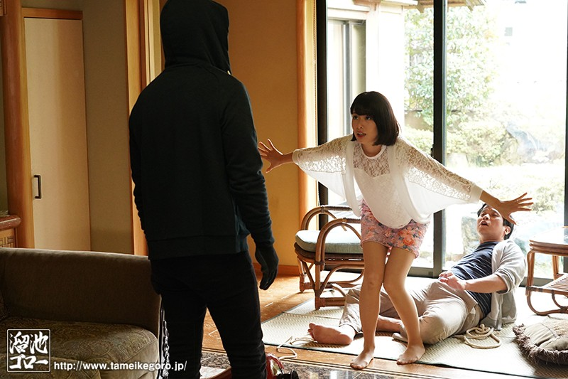 強盗から僕を助けてくれた人妻が反撃にあって犯●れてしまったのを見てクズ勃起 川上奈々美 画像1