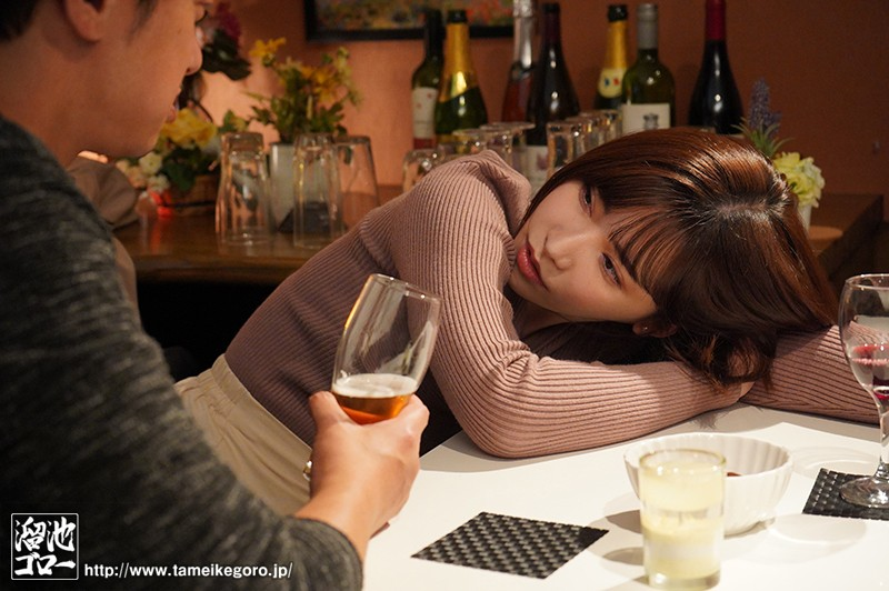 忘年会で飲みすぎたバイト先の人妻を僕の家で介抱することに。部屋着に着替えた人妻さんの破壊力にたまらず、絶倫のボクは一晩中ハメまくった。 深田えいみ 画像1