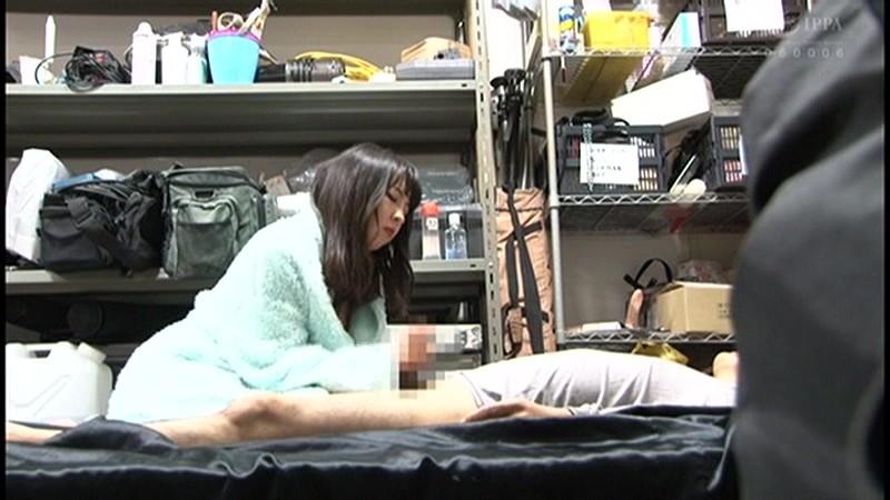 控え室で待機してたら女優に痴女の練習台にされてアナルまで犯●れた(嬉)! 画像1