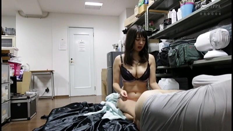 控え室で待機してたら女優に痴女の練習台にされてアナルまで犯●れた(嬉)! 画像2