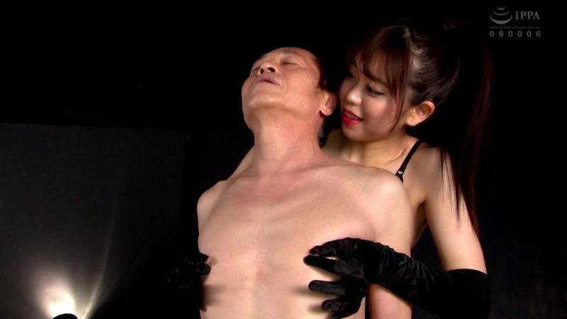 宮村ななこが背後から乳首責め